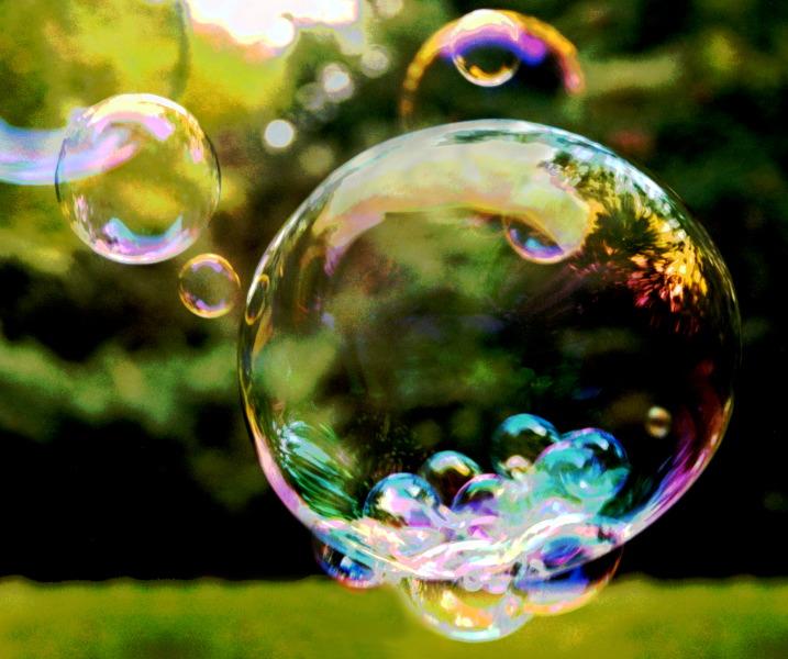 bolle di sapone, io le facevo con il sapone, non c'erano ancora gli intruglietti di oggi, ossia di ieri perché i bambini non ci giocano più, peccato, però, era bello dans cose carine carine bubbles%20final